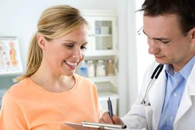 врач выписывает таблетки против цистита