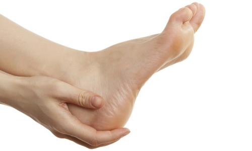 В дерматологии грибок стоп носит название «микоз», при котором происходит поражение не только кожи на пятках, но междупальцевых промежутков