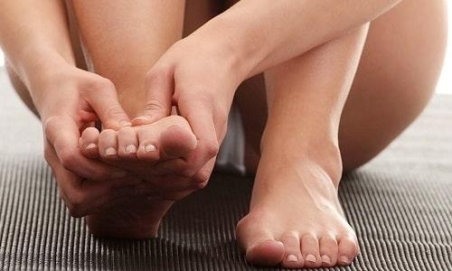 На начальных этапах грибка ногтей, ощущается незначительный зуд кожи