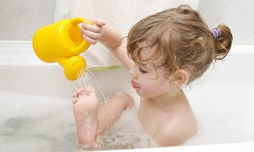 Важно научить ребёнка соблюдать гигиену ног, пространства между пальцами, чтобы предотвратить распространение заболевания