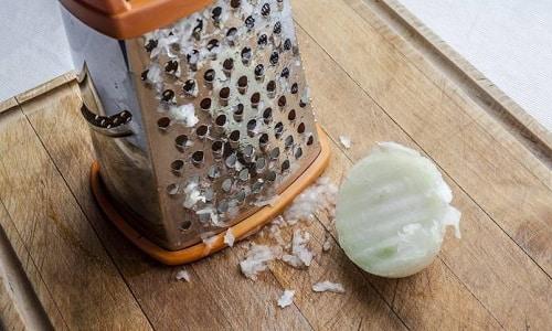 Компресс из репчатого лука основан на приготовлении кашицы из основного ингредиента и прикладывании такового к поражённому участку тела