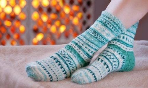 После использования перекиси водорода ноги нужно укутать полиэтиленом и надеть носки