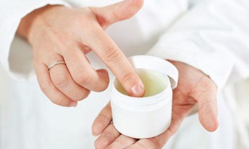 Для лечения грибковой инфекции врач назначает наружные препараты, которые выпускаются в форме мазей, кремов, лаков