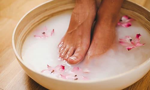 Подготовка повреждённой конечности заключается в распаривании ноги, то есть облегчению проникновения лекарства в глубокие слои эпителия и ногтевой пластины