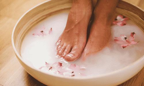 Перед началом лечения перекисью водорода для обеспечения максимального эффекта повреждённый ноготь на руке или ноге можно распарить конечность в содовой ванночке