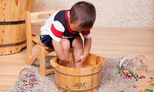 Для лечения заболевания целительными ванночками врачи рекомендуют использовать мыло, соду, морскую соль, ромашку