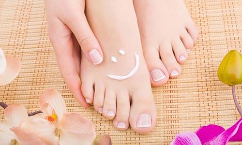 В качестве элементарной защиты стопы от проникновения грибка в кожу может быть использован крем